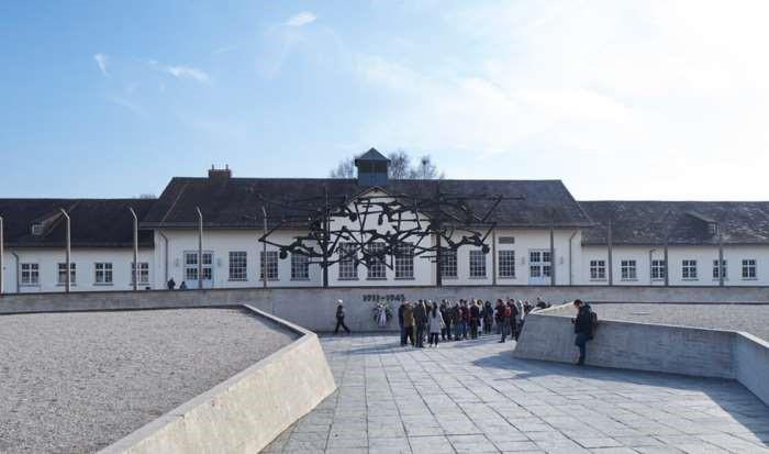 Internationales Mahnmal vor dem ehemaligen Wirtschaftsgebäude, 2017. Bild: KZ-Gedenkstätte Dachau.