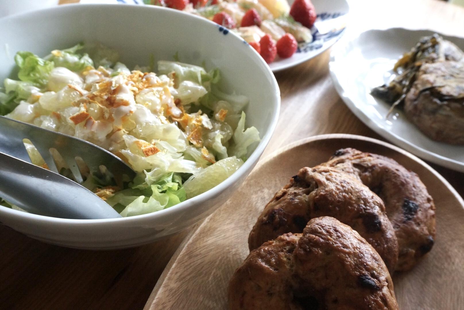 手前からいちごのベーグル、文旦と不知火ドライのサラダ、プルドポーク、文旦の生ハム巻き
