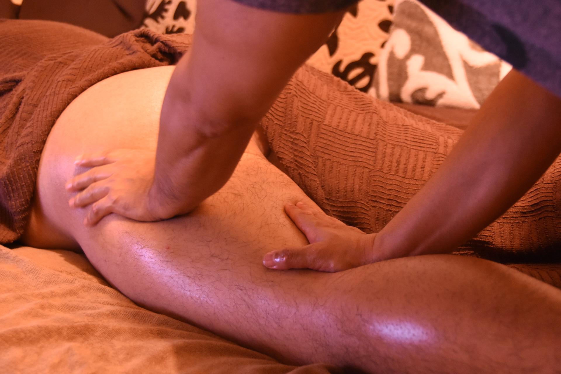 お尻と太腿裏の筋肉を重点的に解します。施術後は腰や足が軽くなると好評です♫