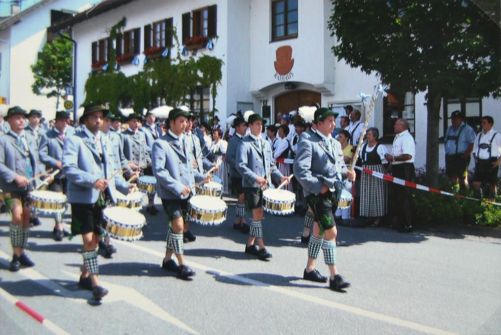 Der Trommlerzug unter der Leitung von Karl Geiger beim Musikfest in Uffing (2007)