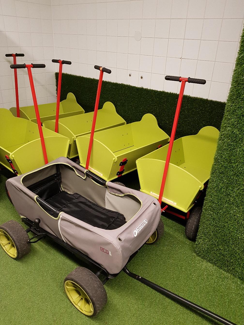 Fuhrpark: Bollerwagen, Buggy, Kinderwagen, Tragehilfe. Alles da!