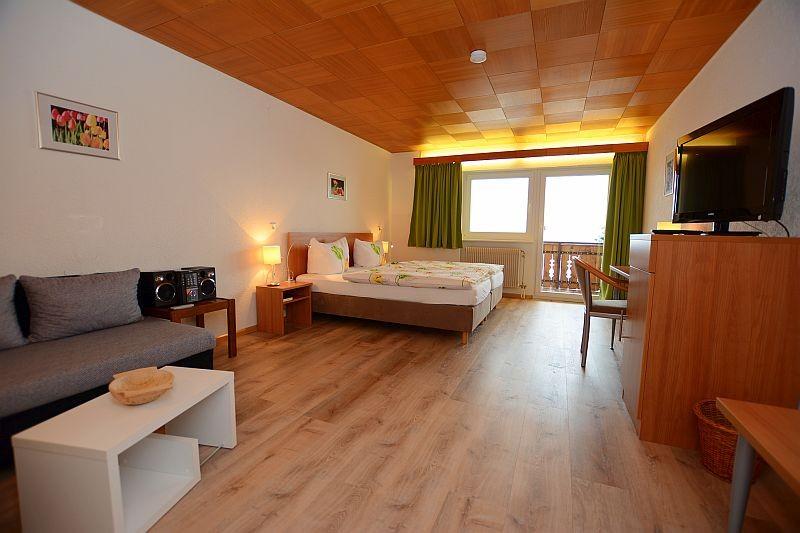Grosses Doppelzimmer mit gemütlicher Sitzecke