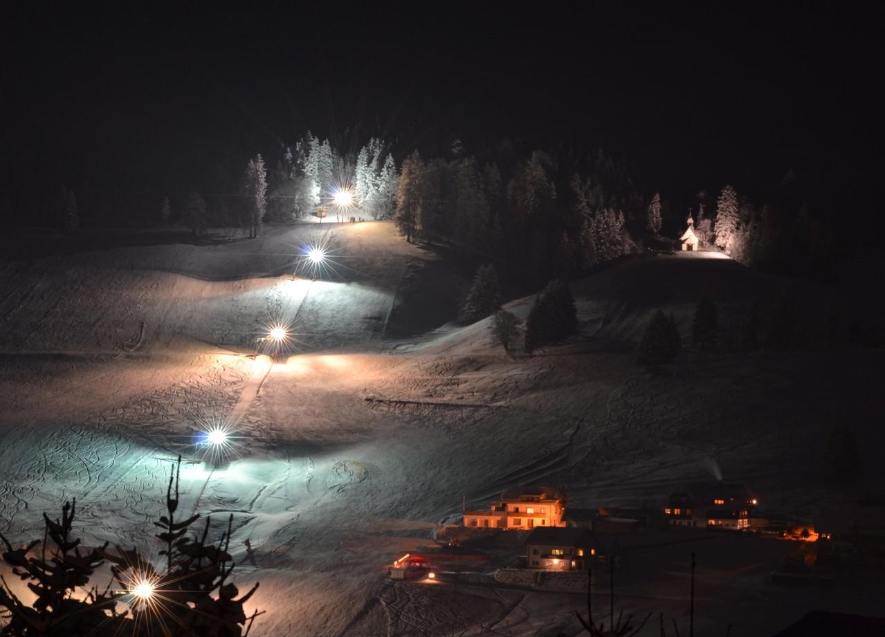 Skifahren bei Flutlicht. Blick vom Hotel Arnica