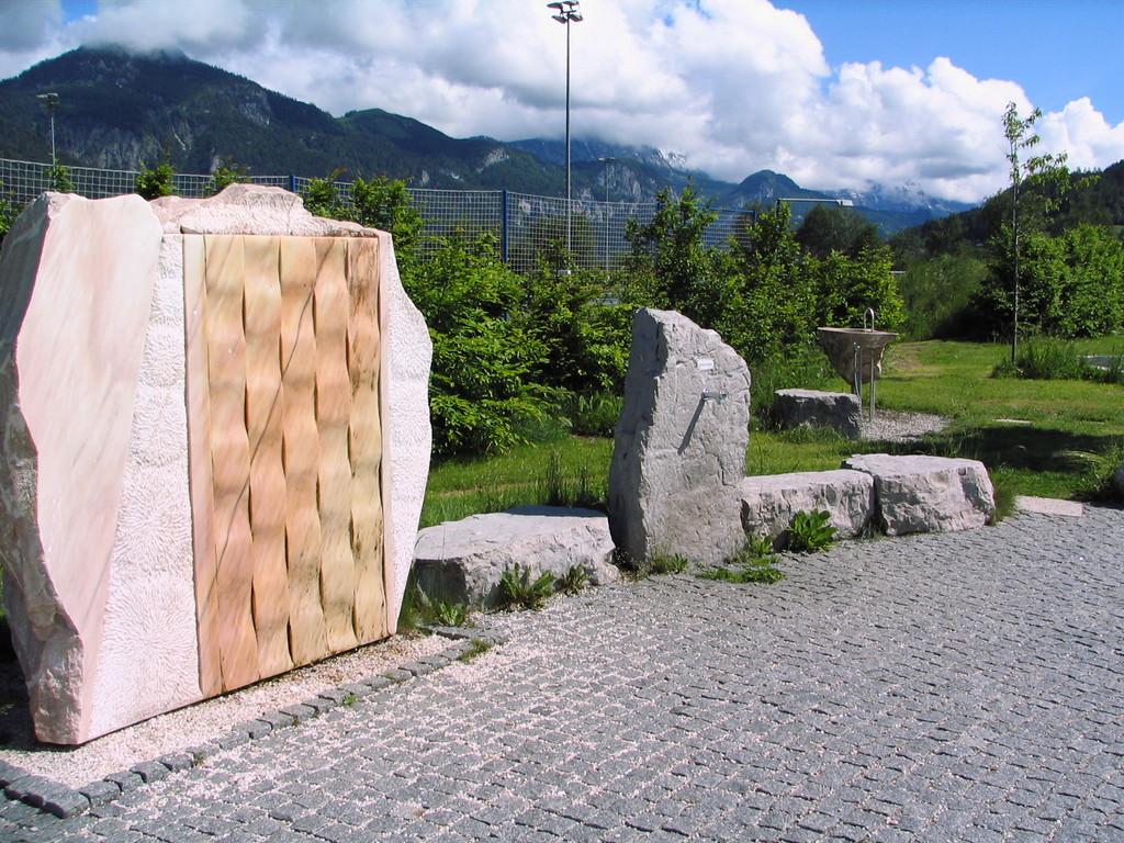 Stein und Holzskulpturen im Freizeitgelände