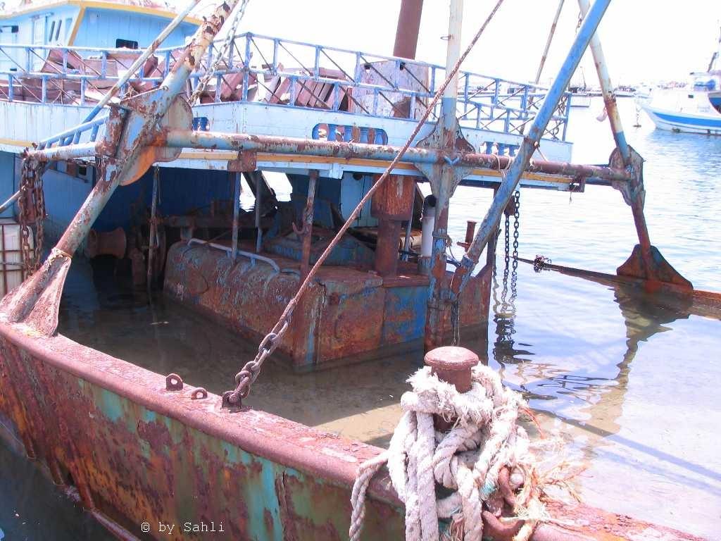 Der Hafen mit vergammelten Flüchtlingsbooten