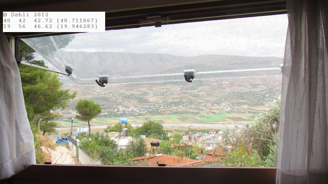 Blick aus dem Wohnzimmerfenster (Womo) auf Berat