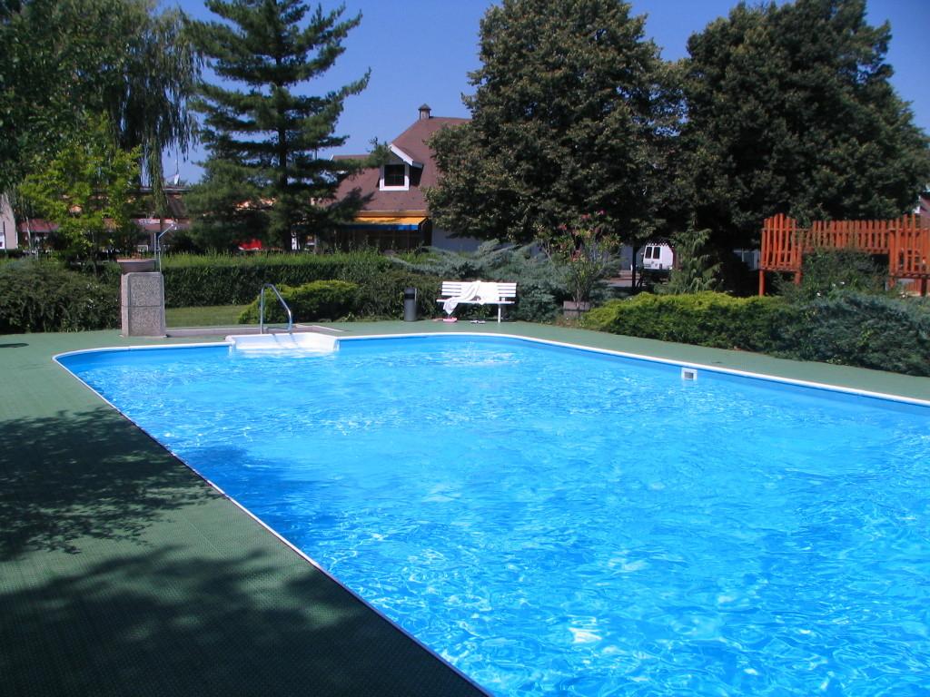 Schwimmbecken ca. 12x5 m t 1,20-2,50 m