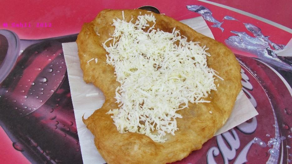 Langos mit Knoblauch und Käse (mhhhh)