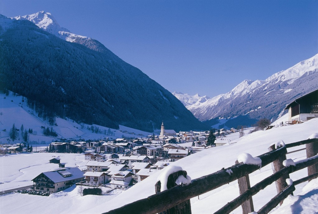 Neustift im Winter mit Gletscherblick