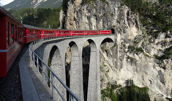Das Landwasserviadukt ist eine 65 Meter hohe und 136 Meter lange Eisenbahnbrücke im Netz der Rhätischen Bahn in der Nähe des Bahnhofs Filisur/Baujahr 1902