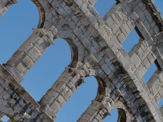 Pula, Istrien - Das römische Amphitheater in Pula ist mit einer Kapazität von 23.000 Besuchern das sechstgrößte seiner Art. Erbaut wurde dieses Amphitheater in den Jahren 2 v. Chr. bis 14 n. Chr. unter Kaiser Augustus