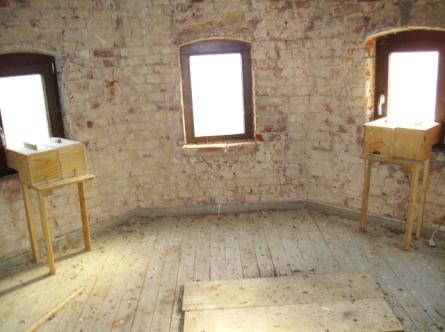 Blick in den Turm (im alten Rathaus) mit dort eingesetzten Nisthilfen