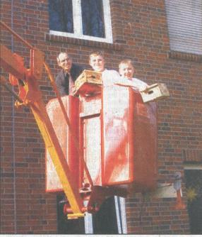 Ditmar Kurz mit KGS-Schülern beim Kasteneinsatz an der Schule 2005