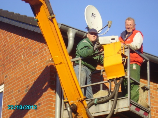 Jürgen und Siggi beim Einbau eines Kastens