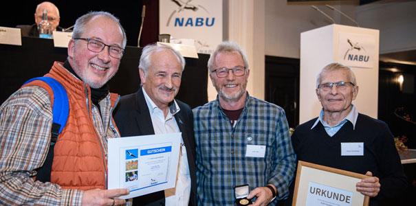 Der NABU Hambergen beim Verleih der Medaille bei der Bundesvertreterversammlung 2018 in Berlin, v.l.n.r. Burkhard Hoffmann, Olaf Tschimpke, Jürgen Röper, Dietmar Wonneberger