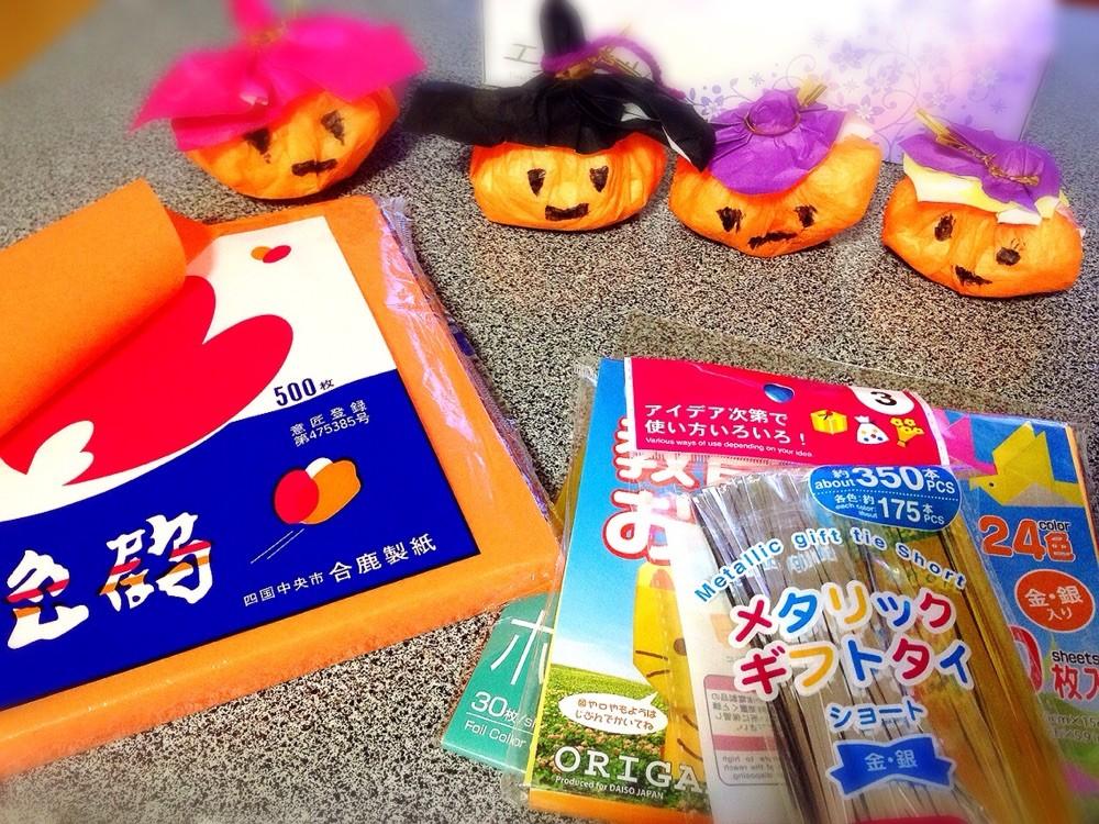 ハロウィンかぼちゃ♪日本では中々オレンジカボチャはみかけません・・そこで!ティッシュとおはながみで簡単にカボチャ風ハロウィン飾りをつくれちゃいます!お部屋の窓に吊るして飾ってみよう♪