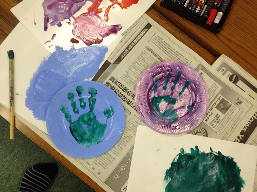 紙皿に絵を描こう♪♪まわりのギザギザをうまく利用したり、手形をつけてみたりと自由な発想満載でした(^▽^)