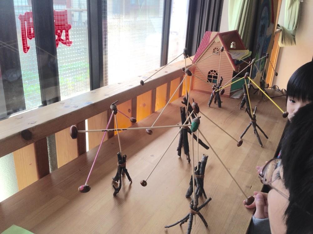 子どもたちの作品。小枝で作った土台もお洒落で、ちょっとした置物アートにもなりますね♪