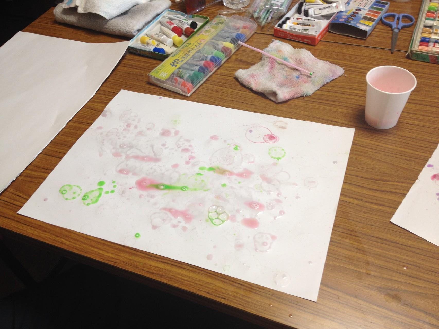 シャボン玉に絵の具を混ぜて紙の上にとばすと・・