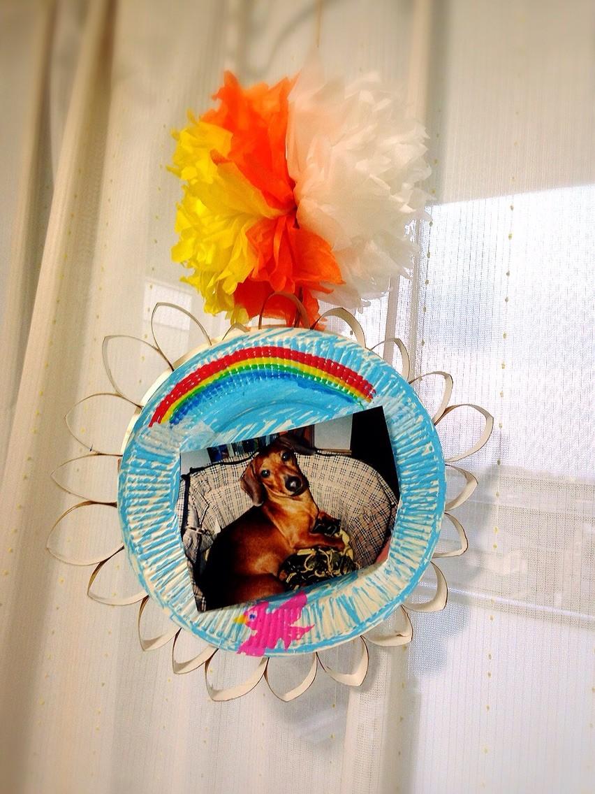 前々回つくった「おはな紙」と前回つくった「紙皿アート」を使って素敵な写真台紙の吊り飾りをつくりました!