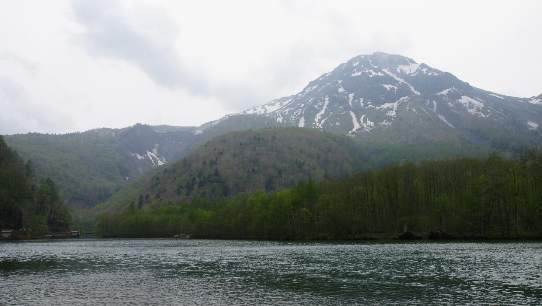 大正池からホテルまで歩くことに。焼岳を望む。