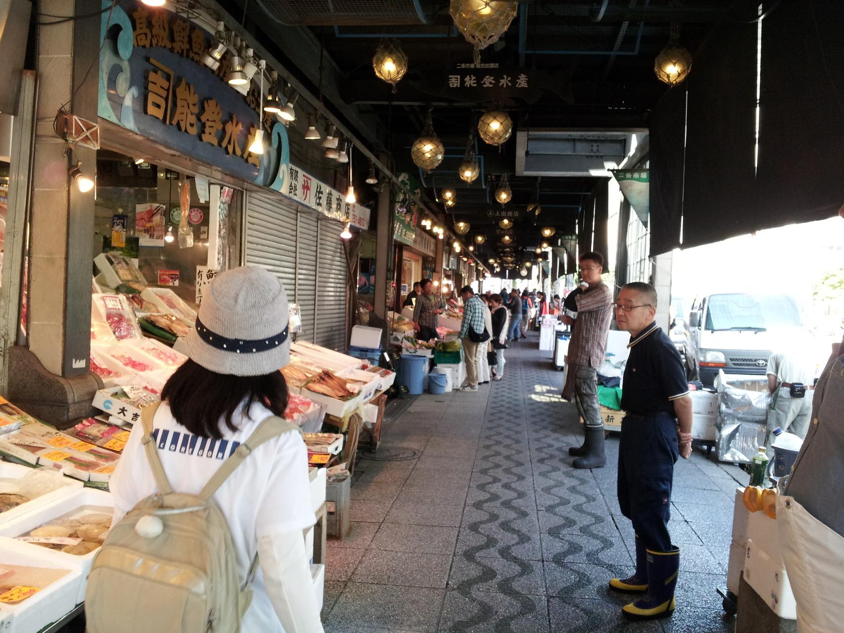 早朝の二条市場を歩きました