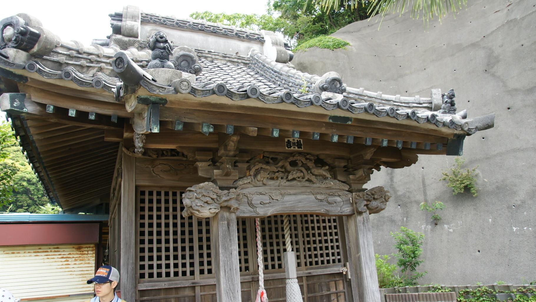 屋根に恵比寿と大黒天の飾り瓦