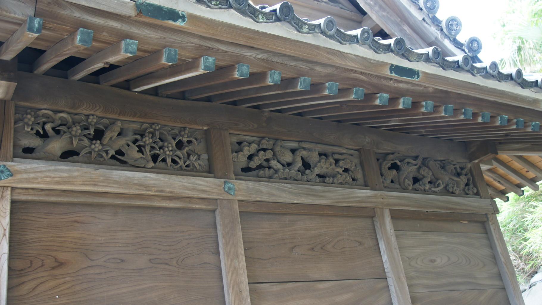 欄間や天井に見事な彫刻、