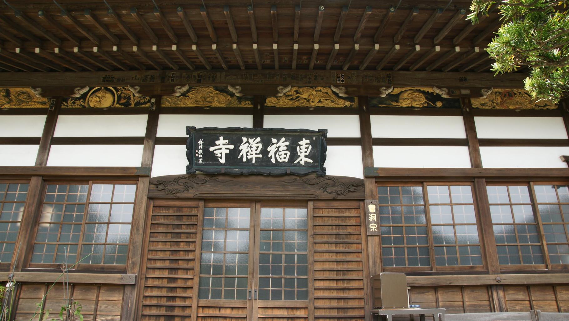 東福禅寺、外壁には彫刻と見間違う鏝絵、