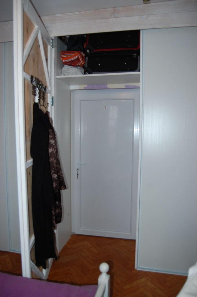 création d'une porte cachée pour accéder à la seconde porte (sortie de secours)