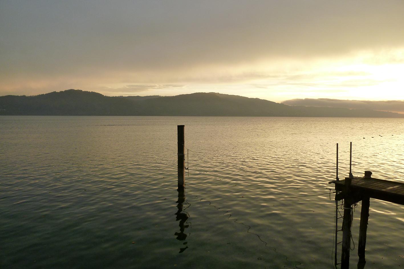 Sonnenaufgang am Ufer, nur wenige Schritte entfernt ...
