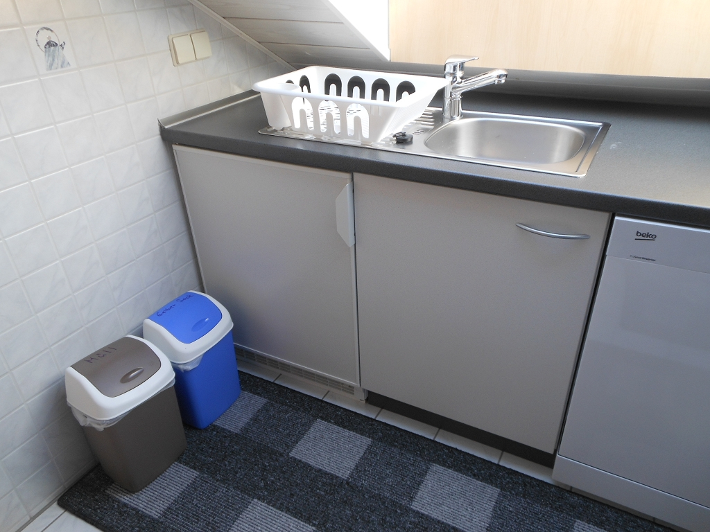 Küche mit Kühlschrank + Gefrierfach, Spülmaschine