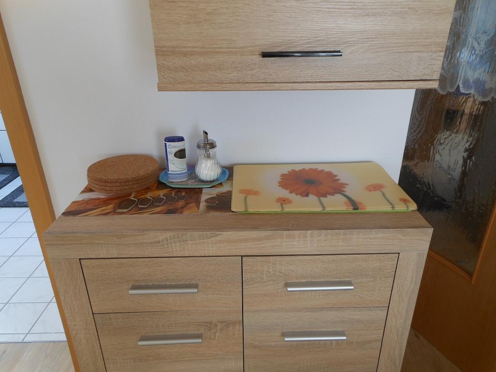 Wohn-/Eßzimmer Sideboard mit Besteck Geschirr Gläser