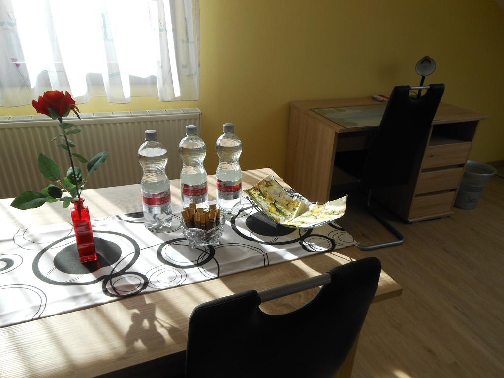 Wohn-/Eßzimmer Tisch und Schreibtisch
