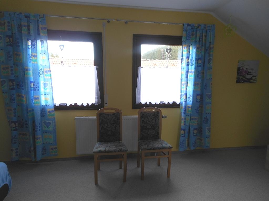 Großes Schlafzimmer Fenster und Stühle/Ablagen