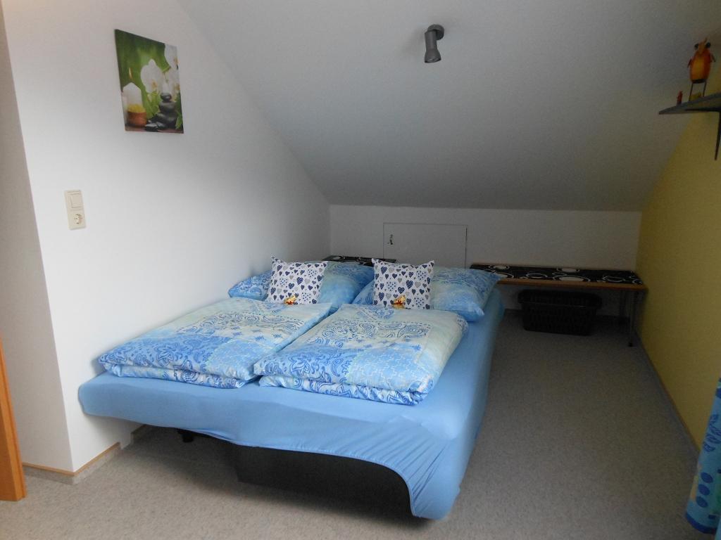 Großes Schlafzimmer (Couch ist ausgezogen 150 x 200 cm für 2 Kinder)