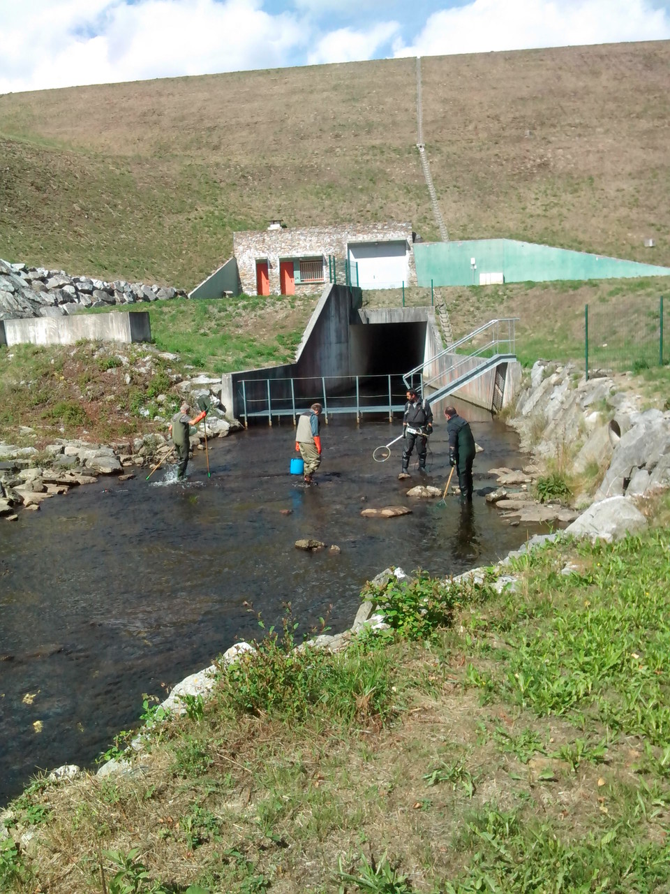 Les techniciens de la Fédération  de Pêche de l'Aude et les bénévoles à l'oeuvre sur le 3ème parcours