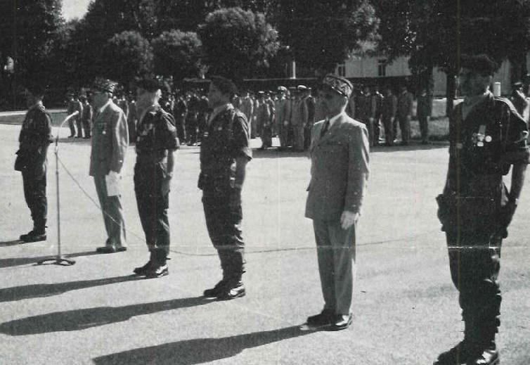 De g. à d; : pour le 99, COL ROUX (descendant), général commandant la 14e D.I., COL DELABIT (montant) - pour le 299, COL ROUX-MAYOUD (descendant), général commandant la 51e D.M.T., LCL ESNAULT (montant).