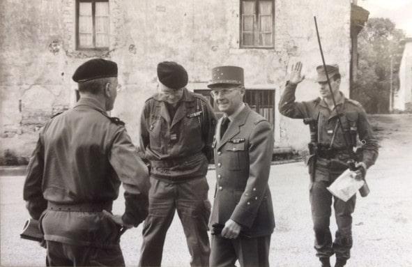 De g. à d. : GBR PINTOUX cdt la 51e D.M.T., le COL MUDLER/CDC, le GCA SALAÜN, commandant la Ve R.M. et Gouverneur Militaire de Lyon, LTN GIBERT (?).