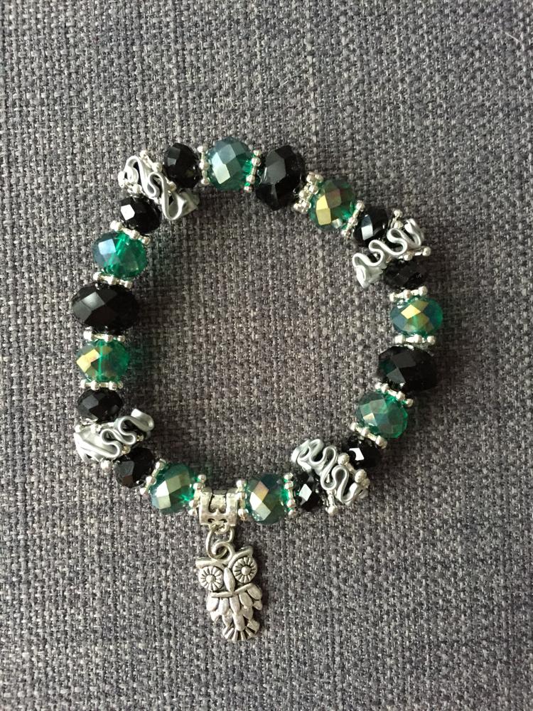 Perlenarmband (smaragdgrün mit Eulen-Anhänger)