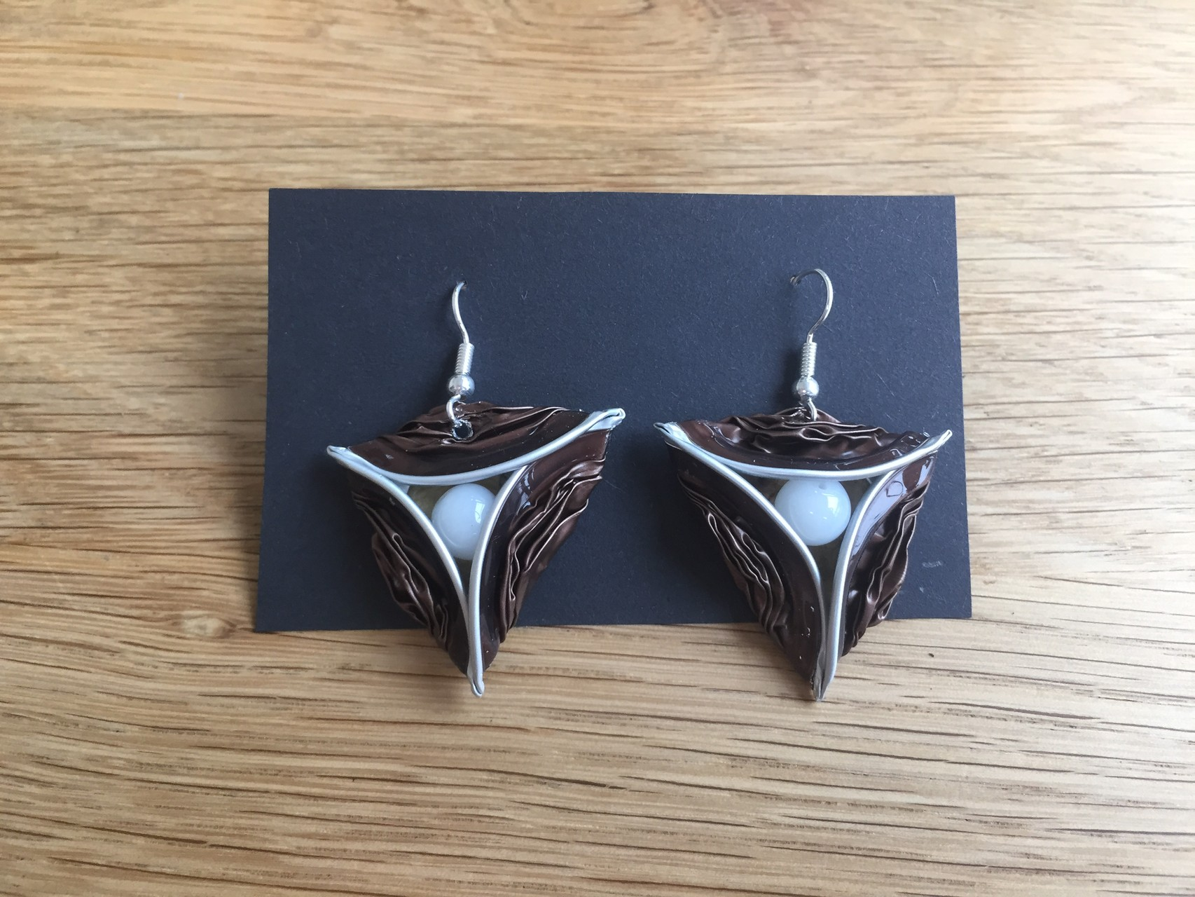 Dreiecksohrringe (braun mit Perle)