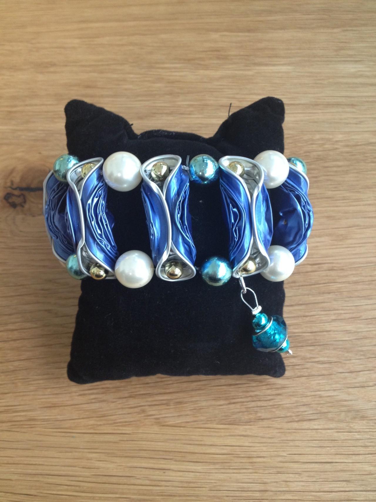 Breites Armband mit Pandora-Anhänger (hellblau)