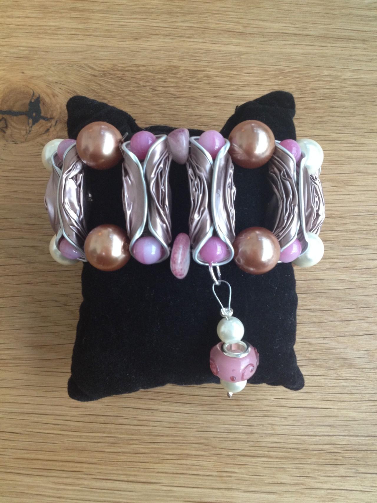 Breites Armband mit Pandora-Anhänger (rosa)