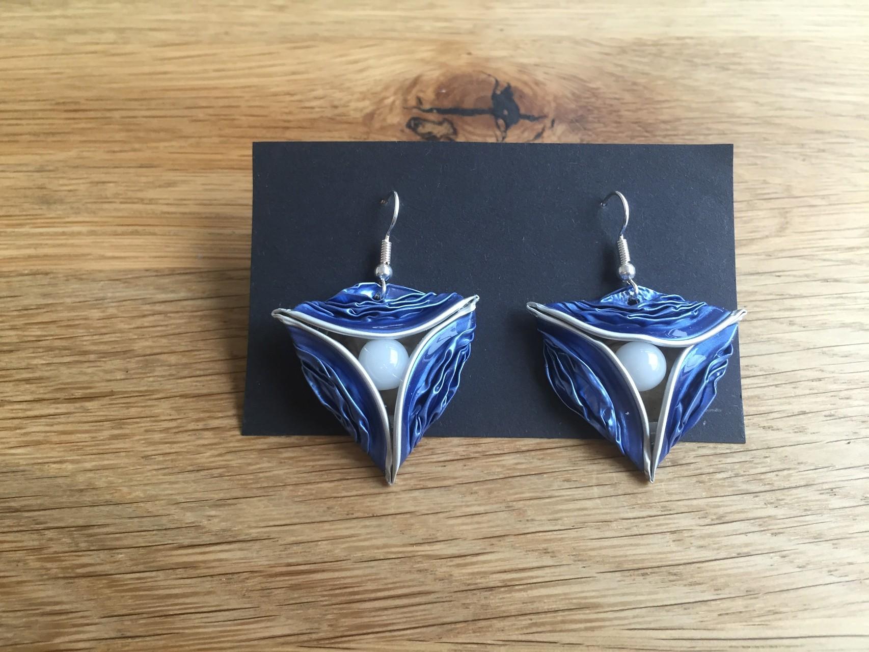 Dreiecksohrringe (hellblau mit Perle)