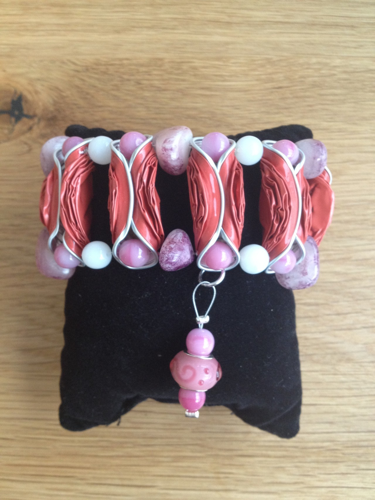 Breites Armband mit Pandora-Anhänger (hellrot)