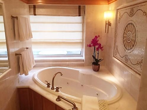 Badewanne mit Whirlpool und herrlichen Pflegeprodukten