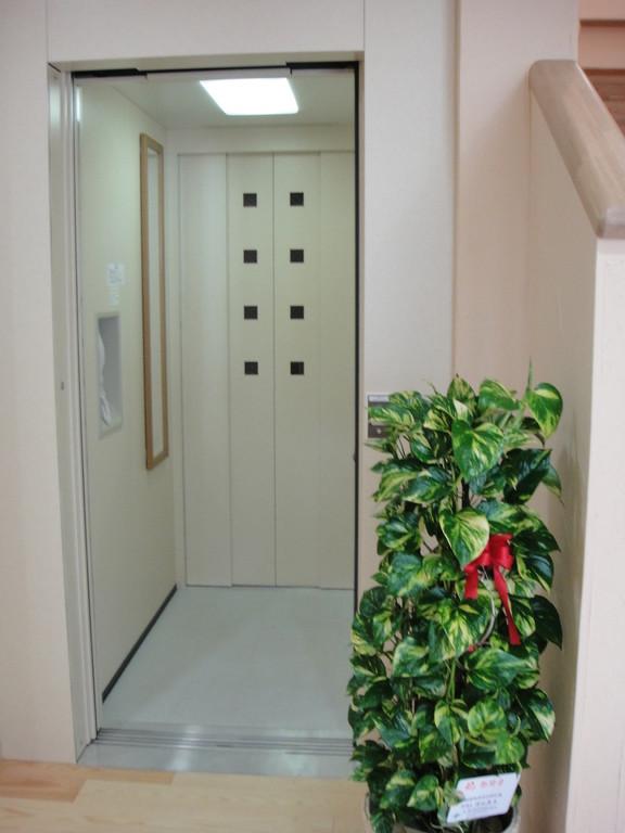 こちらから入って、下りる時は奥の扉が開きます。