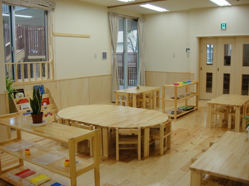 椅子に座って机に向かい集中して活動したり、お友達とお話を楽しんだりしています