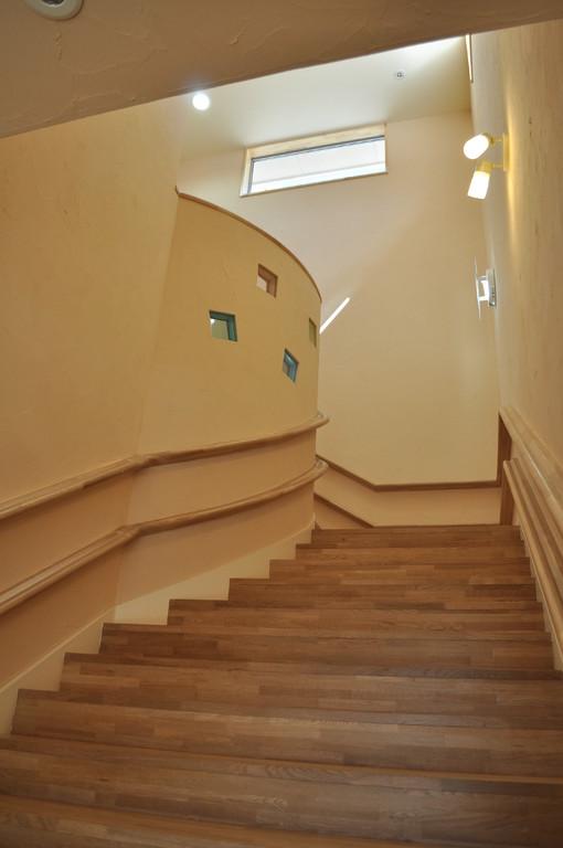 日中は階段にも陽の光が差し込み、電気をつけなくても明るいです。