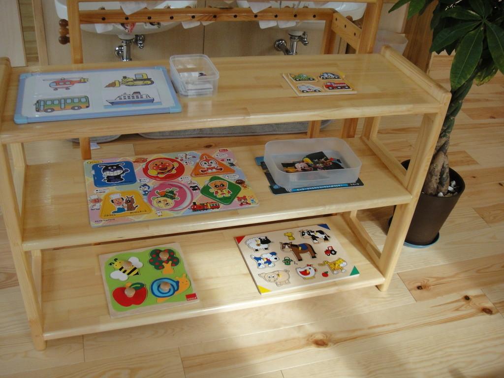 乳児室のパズル。 どんどん上達する子どもたちにピースの数も増えていきます